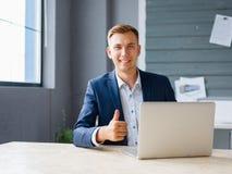 研究在办公室背景的一台膝上型计算机的英俊的商人 数字技术概念 复制空间 库存照片