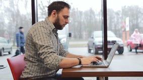 研究在咖啡馆的膝上型计算机的人 静态 股票视频