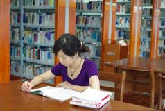 研究在图书馆里 库存照片