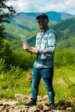 研究在山的膝上型计算机的人 免版税库存图片