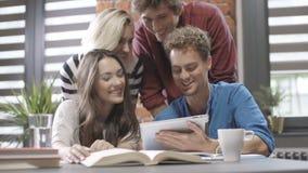 研究在现代顶楼公寓的项目的小组青年人 股票视频