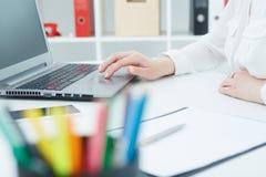 研究在的一台膝上型计算机的女性手在办公室 事务,外汇市场,工作,逻辑分析方法研究,优秀 免版税库存图片