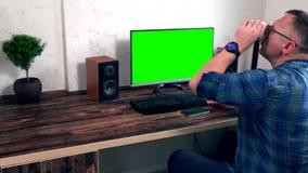 研究在网上台式电脑的商人 股票视频