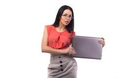 研究在网上膝上型计算机的女商人-被隔绝在白色 免版税库存照片