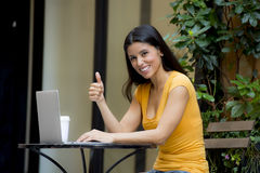 研究外面膝上型计算机的可爱的拉丁妇女 免版税库存图片