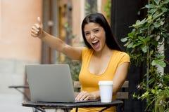 研究外面膝上型计算机的可爱的拉丁妇女 免版税库存照片