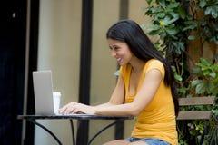 研究外面膝上型计算机的可爱的拉丁妇女 库存照片