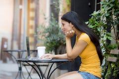 研究外面膝上型计算机的可爱的拉丁妇女 库存图片