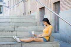 研究她的膝上型计算机的可爱的拉丁妇女 库存图片