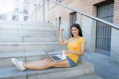 研究她的膝上型计算机的可爱的拉丁妇女 图库摄影
