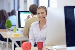 研究她的膝上型计算机的射击一名美丽的女实业家,当坐在办公室时 库存图片