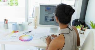 研究她的计算机的可爱的年轻女实业家 股票录像