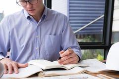 研究建筑计划的建筑师在办公室 工程师inspe 免版税库存照片