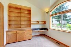 研究或有新的编译的图书馆空间在家具。 免版税库存图片