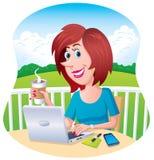 研究户外她的膝上型计算机的妇女 免版税库存图片