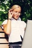研究户外她的膝上型计算机的美丽的女实业家 库存照片