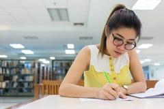 研究教育,写纸的妇女 免版税库存图片