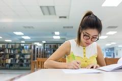 研究教育,写纸的妇女 库存照片