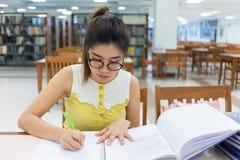 研究教育,写纸的妇女 库存图片