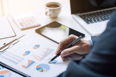 研究文件数据的商人的图象在办公室 免版税库存照片