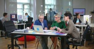 研究新的时尚项目的小组设计师 影视素材