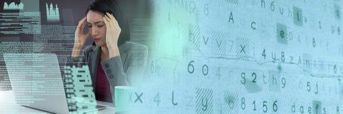 研究有屏幕文本接口和转折的膝上型计算机的女实业家 库存照片