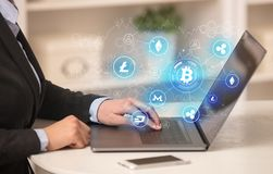 研究有bitcoin链接网络和网上概念的膝上型计算机的女商人 免版税库存照片