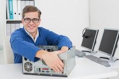 研究残破的计算机的微笑的技术员 库存图片