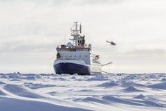 研究破冰船和直升机 库存图片