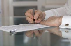 研究纸张文件的商人手 免版税图库摄影