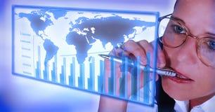 研究统计数据的女商人 免版税库存照片