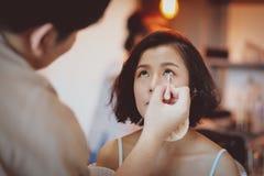 研究美好的亚洲模型的化妆师 库存图片