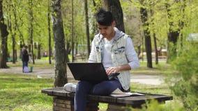 研究膝上型计算机和写某事的人自由职业者 影视素材