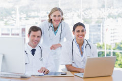 研究膝上型计算机和计算机的医护人员 库存照片