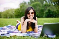 研究膝上型计算机在她的办公室外,自由职业者的概念的美丽的女孩 库存图片