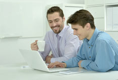 研究膝上型计算机的两个商人 免版税图库摄影
