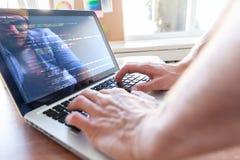 研究膝上型计算机的人手 免版税库存照片
