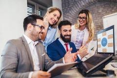 研究膝上型计算机的企业同事在办公室 免版税库存图片