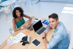 研究膝上型计算机的公和女性董事 免版税库存照片