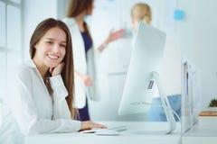 研究膝上型计算机的可爱的女商人在办公室 企业例证JPG人向量 图库摄影