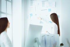 研究膝上型计算机的可爱的女商人在办公室 企业例证JPG人向量 库存图片