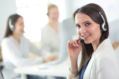研究膝上型计算机的可爱的女商人在办公室 企业例证JPG人向量 免版税库存照片