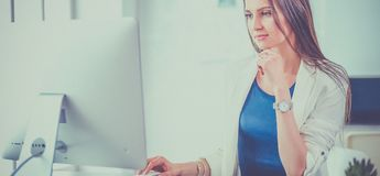 研究膝上型计算机的可爱的女商人在办公室 企业例证JPG人向量 库存照片