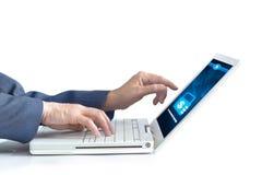 研究膝上型计算机的商人为使用在白色背景的电子银行业务 免版税库存照片