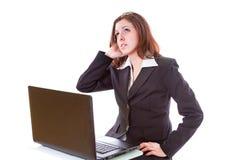 研究膝上型计算机的女商人 免版税库存照片