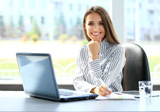 研究膝上型计算机的女商人
