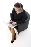 研究膝上型计算机的女实业家 免版税图库摄影