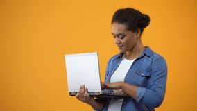 研究膝上型计算机的女性自由职业者,显示好标志,满意对连接 股票录像