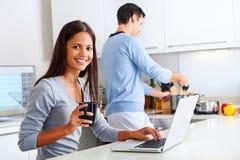 膝上型计算机厨房夫妇 免版税库存照片
