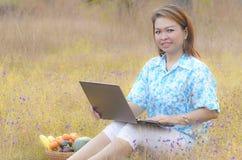 研究膝上型计算机的妇女 免版税库存照片
